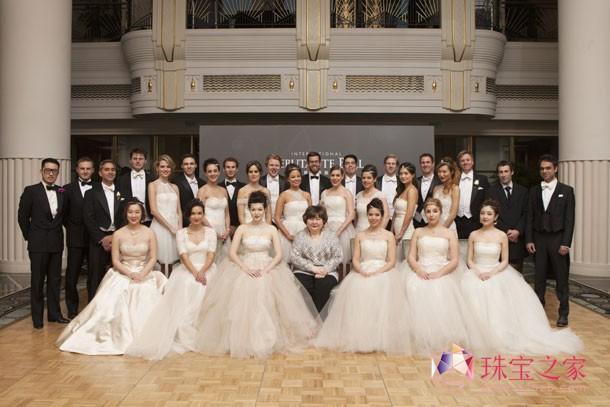 第五届尚美上海半岛国际元媛舞会元媛、舞伴与周采茨合影