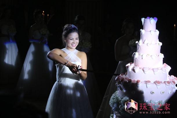 """第五届尚美上海半岛国际元媛舞会""""年度元媛""""Serena Guen切下由上海半岛酒店提供的蛋糕"""