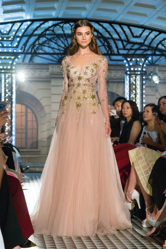 上身蕾丝材质布料缀上浅黄水晶机切平底石VIVA12®及珠片,绚烂闪亮,配合下身粉红散裙,优雅秀丽