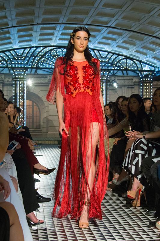 酒红色的上乘蕾丝布料,与浅红色机切珠水晶配环互相辉映,再配合下身飘逸的流苏,将女性的柔美及热情共冶一炉