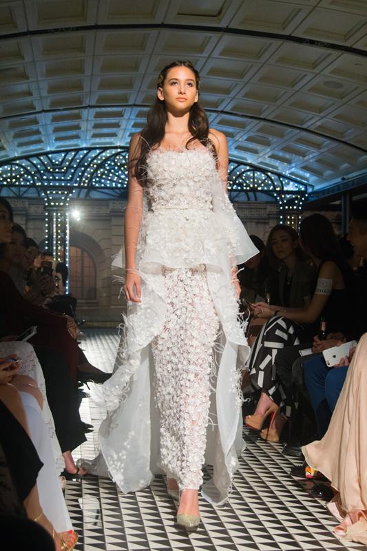 裸色圆筒连身裙与淡黄色、白色机切平底石VIVA12®及透明烫石相辅相成,再配上背上波浪形的披纱,交织出贵族的冷艳气质