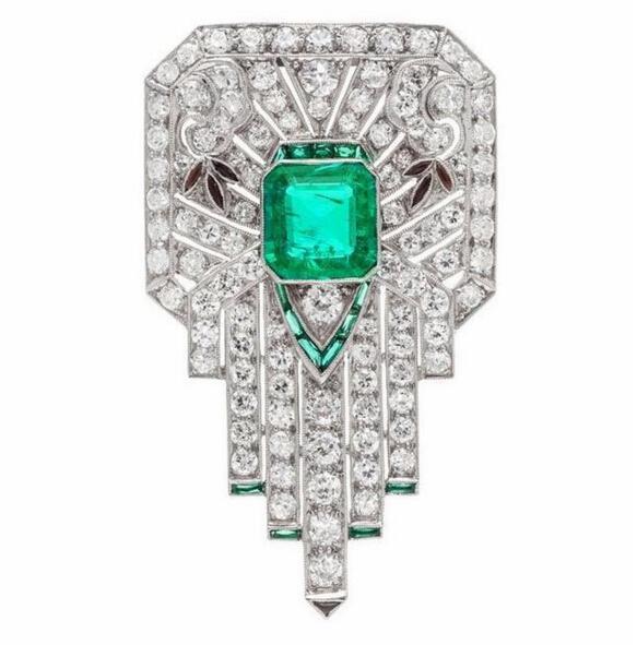 祖母绿胸针估价:1.5万-2万美元主石为一颗 9.50x9.00x4.55mm 的阶梯形切割祖母绿