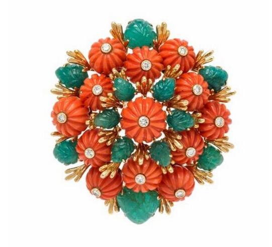 花朵胸针,by David Webb估价;1.4万-1.8万美元呈簇拥的花朵造型,镶嵌雕刻为花朵造型的红珊瑚和叶片造型的祖母绿