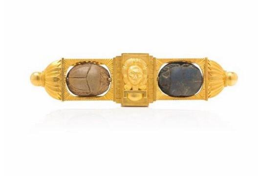 金质胸针估价:6000-8000美元胸针中央为面具造型的微型雕塑