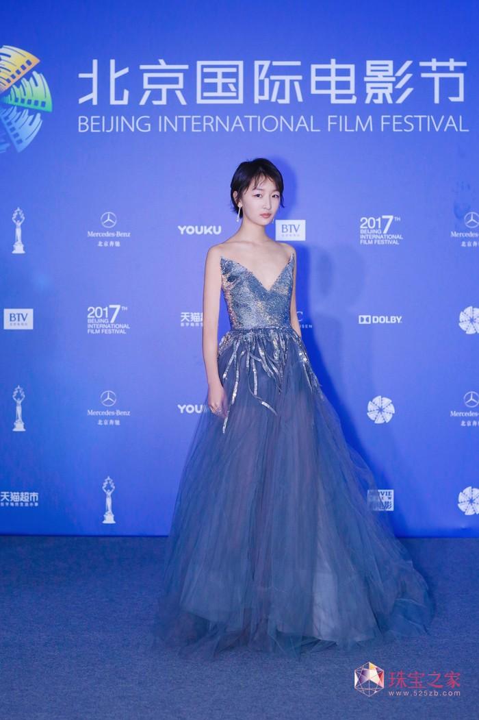 萧邦再度携手周冬雨亮相2017北京国际电影节