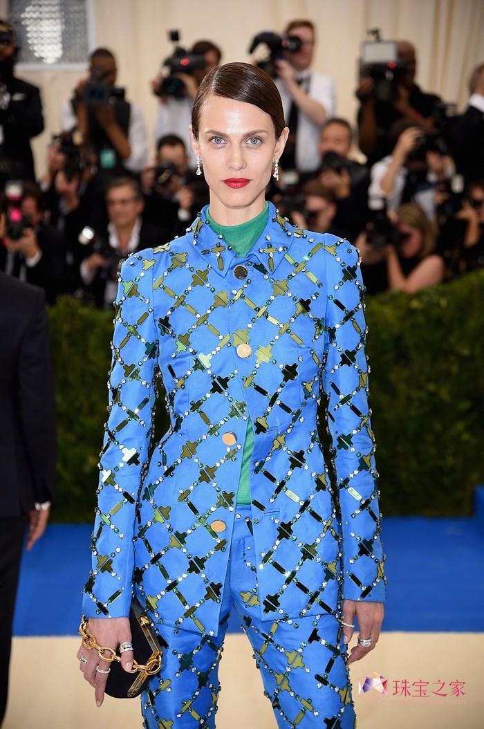 法国模特兼女演员艾梅琳・瓦拉德(Aymeline Valade)佩戴嵌以1.02克拉圆形明亮切割钻石的高级珠宝系列18K白金耳环和两枚以2.01克拉钻石镶嵌的高级珠宝系列18K白金戒指。