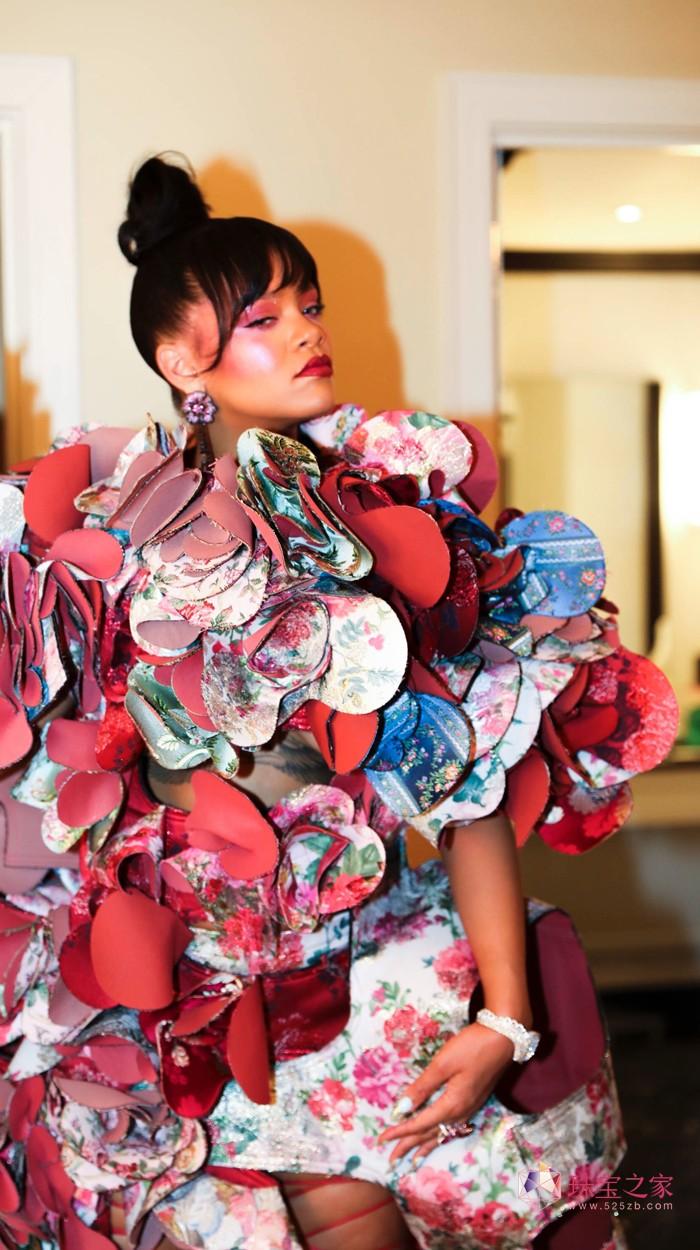 音乐才女蕾哈娜佩戴Chopard高级珠宝亮相大都会艺术博物馆慈善舞会