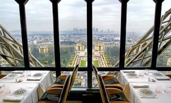俯瞰巴黎千年历史。下午参观奥赛博物馆,分析近代绘画大师们的作品风格