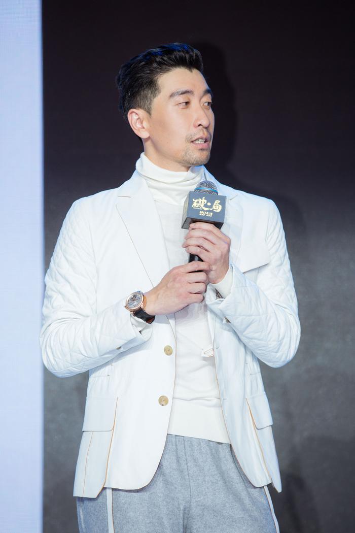 王千源佩戴萧邦L.U.C系列腕表出席电影《破局》发布会