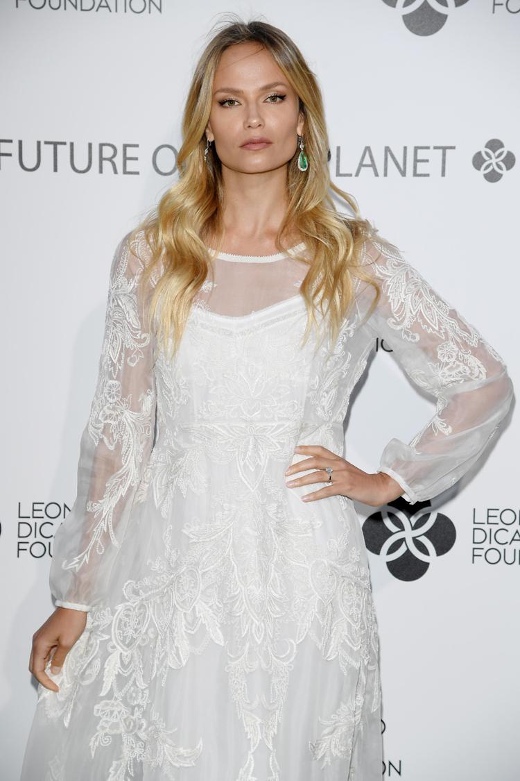 俄罗斯名模娜塔莎·波莉佩戴Chopard萧邦珠宝优雅亮相莱昂纳多·迪卡普里奥基金会晚宴