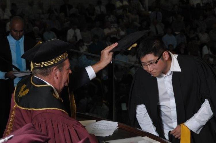 历峰集团主席约翰·鲁伯特 (Johann Rupert)亲自授予赵寅初艺术学学士学位