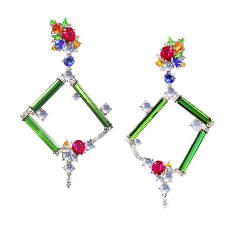 新作《旋舞曲》Sufi Whirling绿碧玺耳环(Earring)/就是一件黄湘晴大胆尝试主体中空留白作法的珠宝设计近作