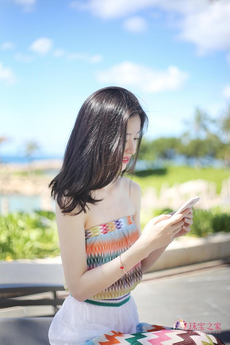 章泽天佩戴Chopard萧邦Happy Hearts系列手镯优雅演绎浪漫假日风情