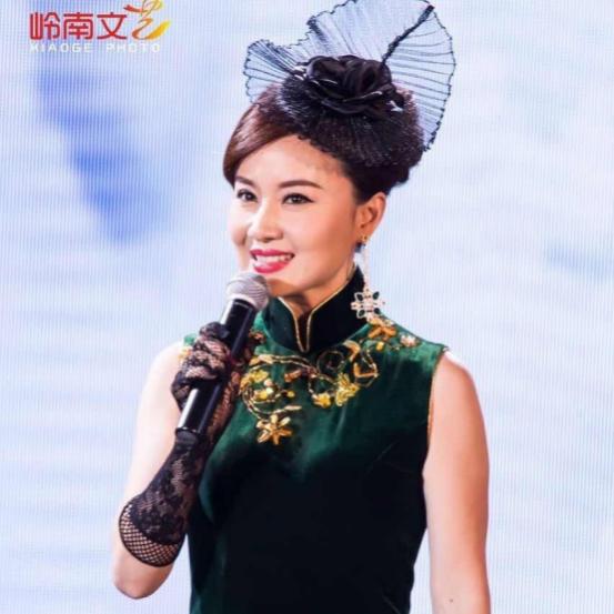 """马小倩女士名字中""""倩""""的写照。马小倩女士是雨林唱片公司歌手、广东话剧院演员。"""