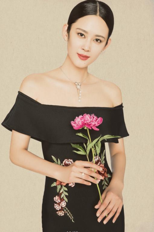珍珠饰品+针织面料=简约大方 珍珠柔美的光泽低调而稳重,与针织面料那种轻柔舒适的感觉搭配相得益彰,典雅中透出干净利落的时髦感,提升品位