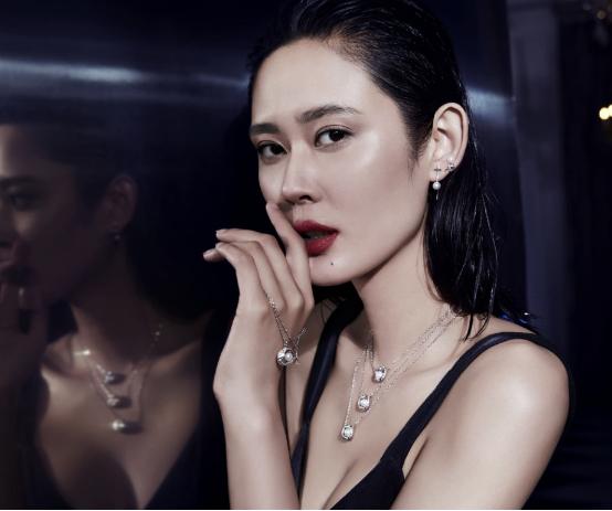 珍珠饰品+网格纱料=新潮复古 精致年轻的珍珠饰品与新潮的网格蕾丝纱料相碰撞,简直像是上演一场优雅的叛逆,摆脱珍珠给人留下老气的印象,增添了轻盈气质,减少了沉闷感