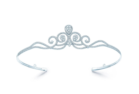 "DR钻戒(Darry Ring)一向以追求真爱风靡世间,定下""男士凭身份证一生仅能定制一枚""的浪漫规定,此次皇冠新品的打造,也一如既往融合情感理念设计。以""冠""为灵感,结合东西方的浪漫情怀,DR钻戒联合欧洲设计师团队倾心打造My Queen皇冠"