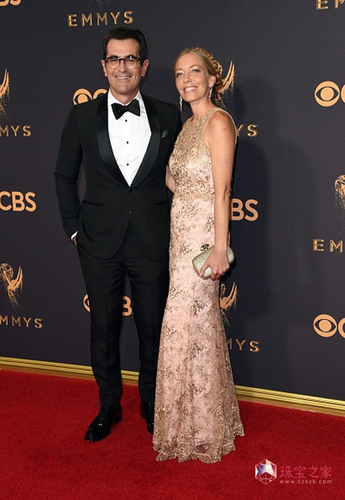 名影星泰·布利尔(Ty Burrell)(左)佩戴万宝龙精钢系列标志袖扣亮相第69届艾美奖颁奖典礼