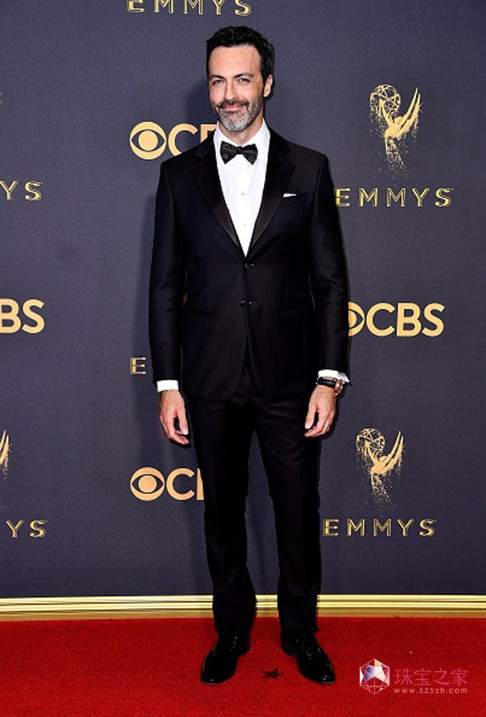 著名演员瑞德·斯科特(Reid Scott)佩戴万宝龙珍珠及玫瑰金燕尾钉系列袖饰,亮相第69届艾美奖颁奖典礼