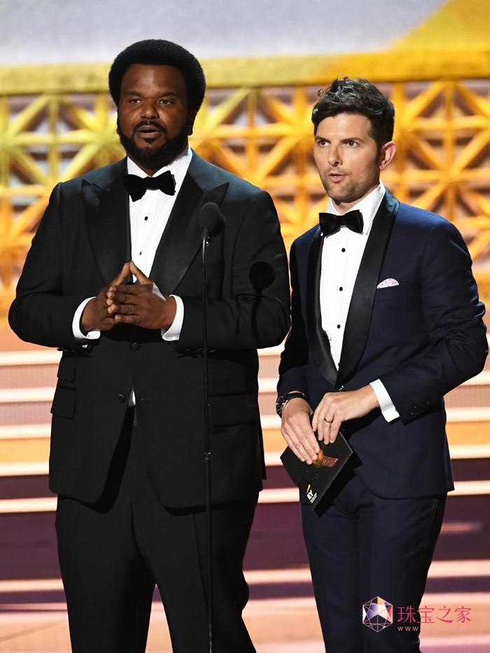 著名影星亚当·斯科特(Adam Scott)(右)佩戴万宝龙腕表及袖扣亮相第69届艾美奖颁奖典