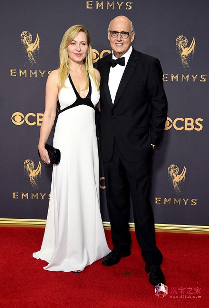 著名演员杰弗里·塔伯(Jeffrey Tambor)(右)佩戴万宝龙腕表及袖扣亮相第69届艾美奖颁奖典礼