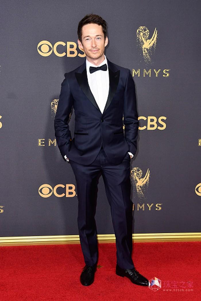 著名演员西蒙·夸特曼(Simon Quarterman)佩戴万宝龙极致纹理系列袖扣亮相第69届艾美奖颁奖典礼